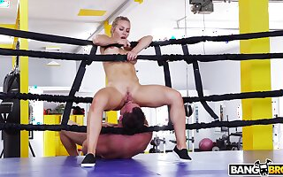 Fit thug Nicole Aniston drops on her knees to drag inflate his prick