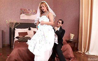 Bride gets laid in one last cheating XXX play with a hot lesbian
