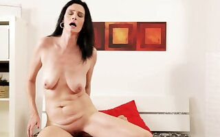 Mature wife Laura Starless spreads her paws for a younger suitor