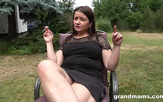 Beamy matured housewife is dildo fucking pussy give the garden