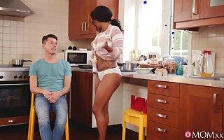 Ebony girlfriend Kiki Minaj drops atop her knees to take head