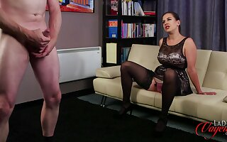 Sexy Tindra Frost observes a man jerking elsewhere in operation of the brush