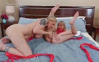 Mom and daughter bedroom joke around lesbian action